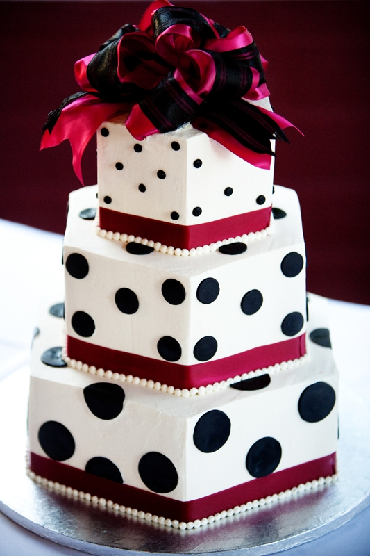 Polka dot wedding cake Photo by Matt Emrich Photography toss bouquet
